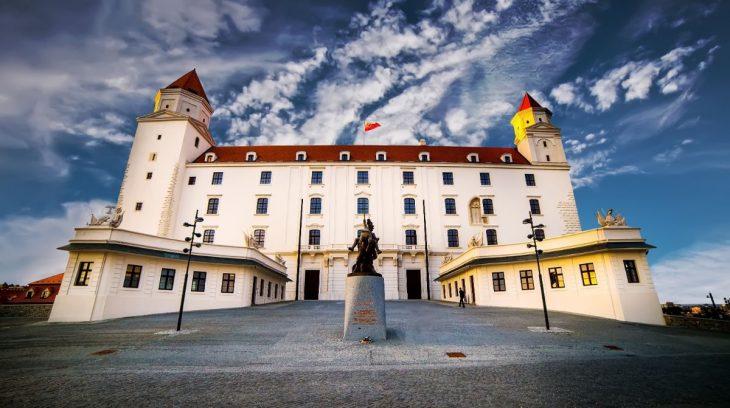 Bratislavský hrad chránený z dvoch strán
