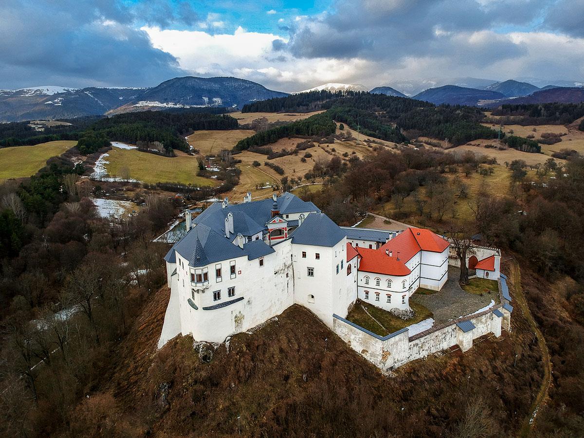 Hrad Slovenská Ľupča sa vypína nad okolitou krajinou